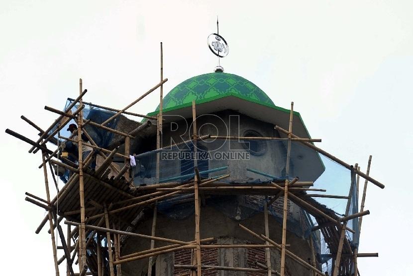 Pekerja mengerjakan pembangunan masjid. (ilustrasi)