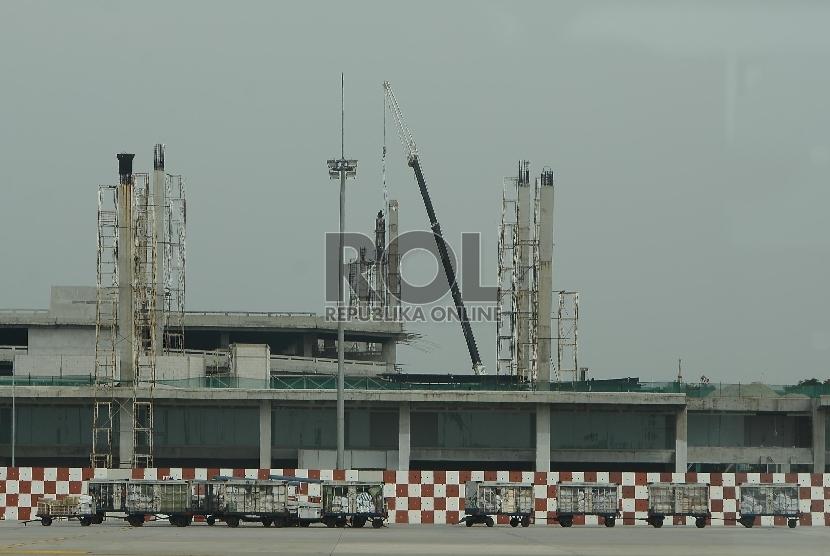 Pekerja mengerjakan pembangunan terminal 3 di Bandara Soekarno-Hatta, Jakarta, Kamis (16/4). (Republika/Raisan Al Farisi).