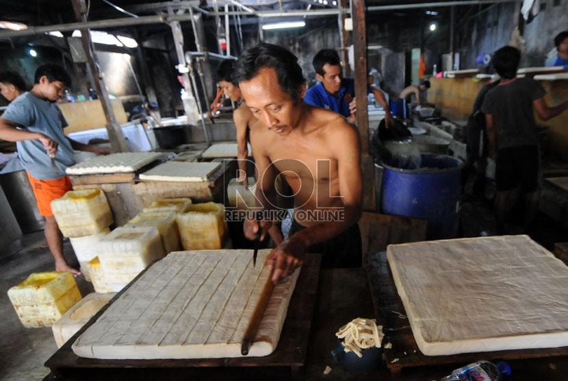 Pekerja mengerjakan pembuatan tahu berbahan kedelai impor di Duren Tiga, Jakarta, Kamis (22/8). (Republika/Aditya Pradana Putra)