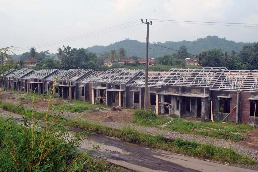 Pekerja mengerjakan proyek pembangunan rumah bersubsidi tipe 22 dan 36 di salah satu perumahan di wilayah Ciomas, Kabupaten Bogor, Jawa Barat, Selasa (26/4).