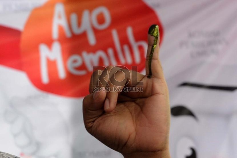 Pekerja mengikuti simulasi pemungutan dan penghitungan suara TPS dalam pemilihan kepada daerah (Pilkada) serentak, di Gedung Komisi Pemilihan Umum, Jakarta, Selasa (7/4).