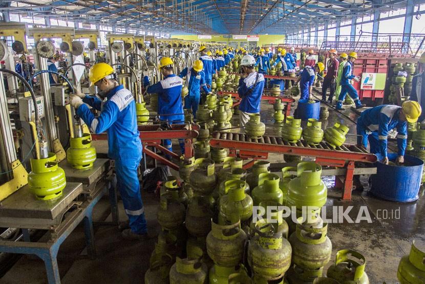 Pekerja mengisi LPG ke tabung Elpiji ukuran tiga kilogram di Depot LPG Tanjung Priok, Jakarta, Senin (21/5).