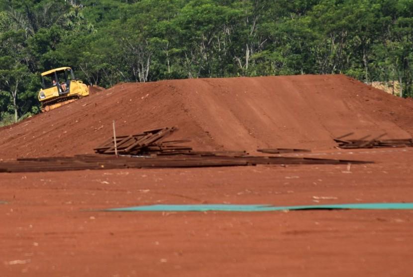 Pekerja mengoperasikan alat berat pembangunan sirkuit kompetisi balap motorcross internasional MXGP seri ke-13 di Sirkuit BSB Mijen, Semarang.