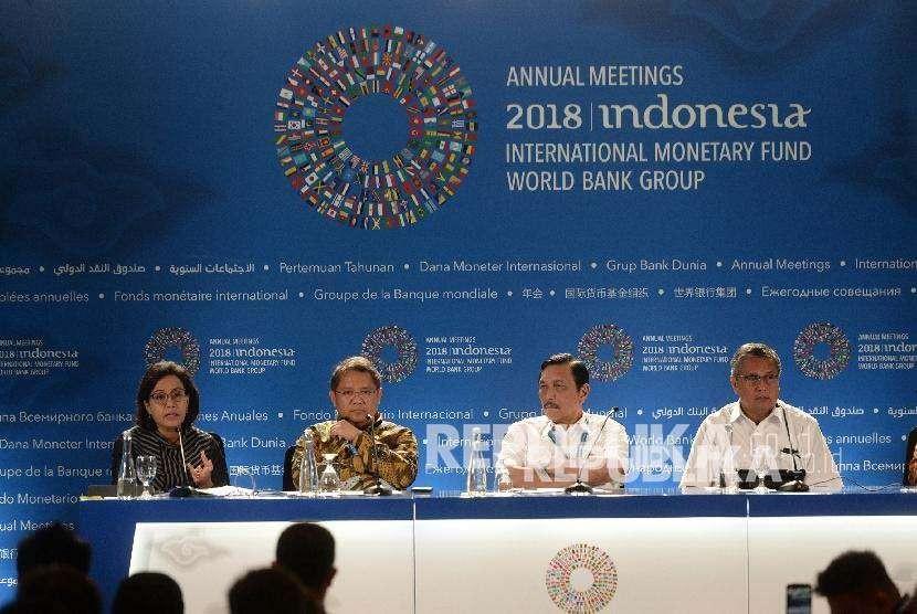 Ketua Panitia Pertemuan Tahunan IMF - Bank Dunia Luhut Pandjaitan (kedua kanan) bersama Gubernur Bank Indonesia Perry Warjiyo, Menkominfo Rudiantara, dan Menkeu Sri Mulyani (dari kanan ke kiri) memberikan keterangan pers tentang Pertemuan Tahunan IMF - Bank Dunia di Nusa Dua, Bali, Senin (8/10).