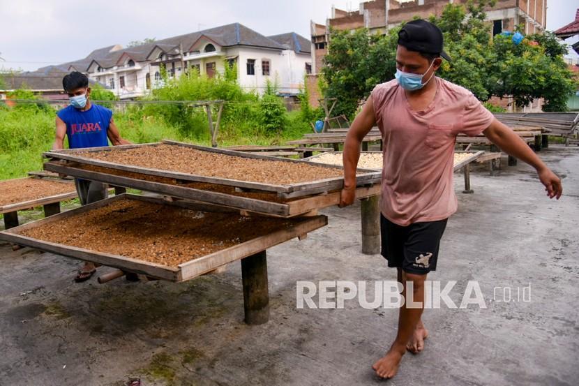 Pekerja menjemur kulit sapi untuk dijadikan kerupuk kulit di kawasan Medan Helvetia, Medan, Sumatera Utara, Sabtu (14/6/2021). Kementerian Koperasi dan Usaha Kecil Menengah (Kemenkop UKM) mengakui, ada beberapa kendala dalam penyaluran Banpres Produktif Usaha Mikro (BPUM).