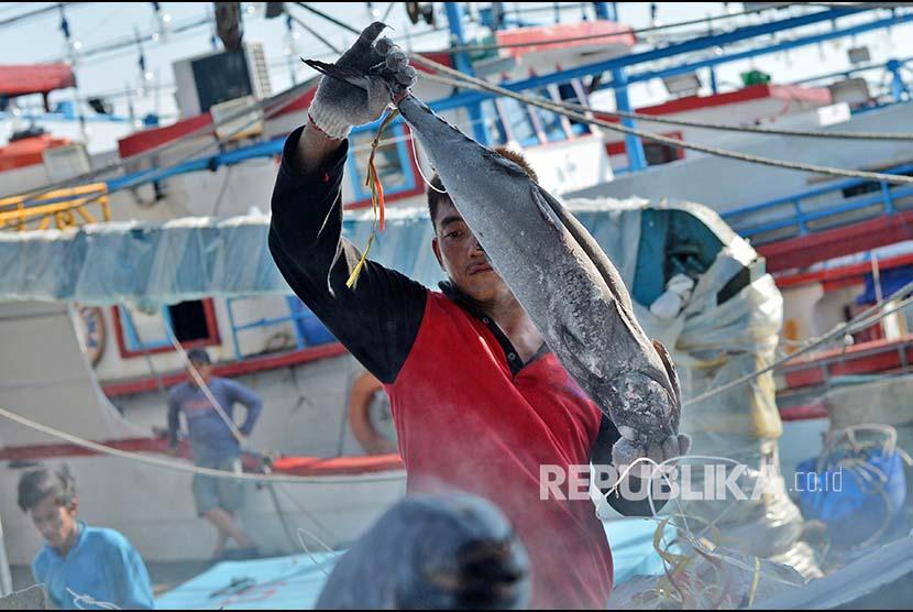 Pekerja menurunkan ikan laut dari kapal di Pelabuhan Muara Baru, Jakarta, Rabu (9/5). Pemerintah mengupayakan pajak ekspor khususnya komoditas perikanan ke negara-negara Uni Eropa menjadi nol persen pada 2018 yang saat ini mencapai 20 hingga 24 persen, untuk meningkatkan ekspor perikanan nasional.