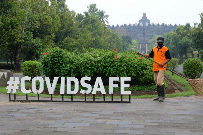 Pekerja menyapu jalan masuk kawasan Taman Wisata Candi (TWC) Borobudur, Magelang, Jateng, Sabtu (8/5/2021). Berdasarkan Surat Edaran Bupati Magelang tentang Perpanjangan PPKM Berbasis Mikro untuk Pengendalian Penyebaran COVID-19 seluruh tempat wisata di Kabupaten Magelang ditutup sementara untuk kunjungan wisatawan pada 8-17 Mei 2021.