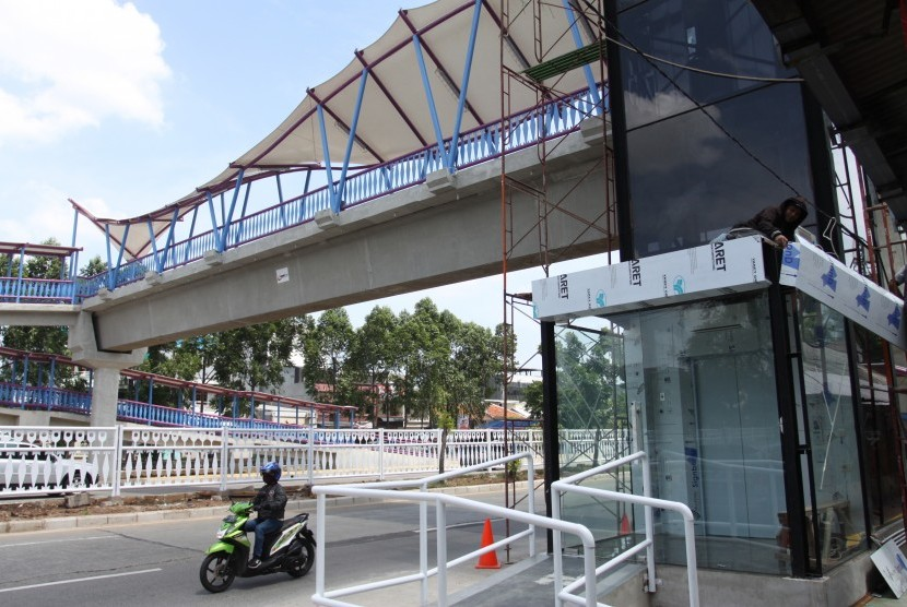 Pedestrian bridge in Tubagus Angke, Jakarta, designed with Betawi theme.