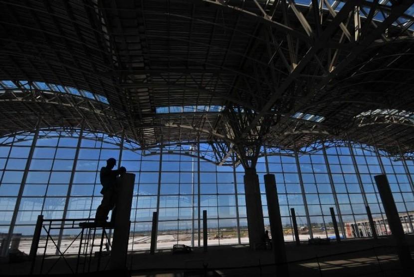 Pekerja menyelesaikan konstruksi Bandara Kuala Namu Deli Serdang Sumatra Utara