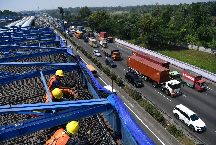 Pekerja menyelesaikan konstruksi jalan tol layang Jakarta-Cikampek (Japek) II di Bekasi, Jawa Barat, Jumat (27/7).