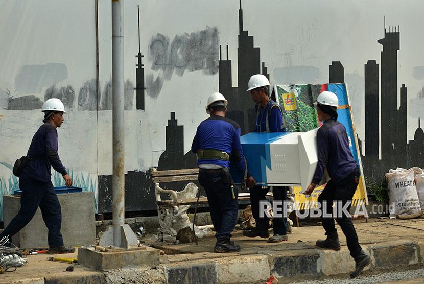 Pekerja menyelesaikan pemasangan jaringan listrik milik PLN di Jakarta, Rabu (6/6).