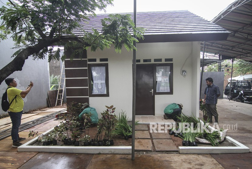 Pekerja menyelesaikan pembangunan contoh unit rumah (ilustrasi)