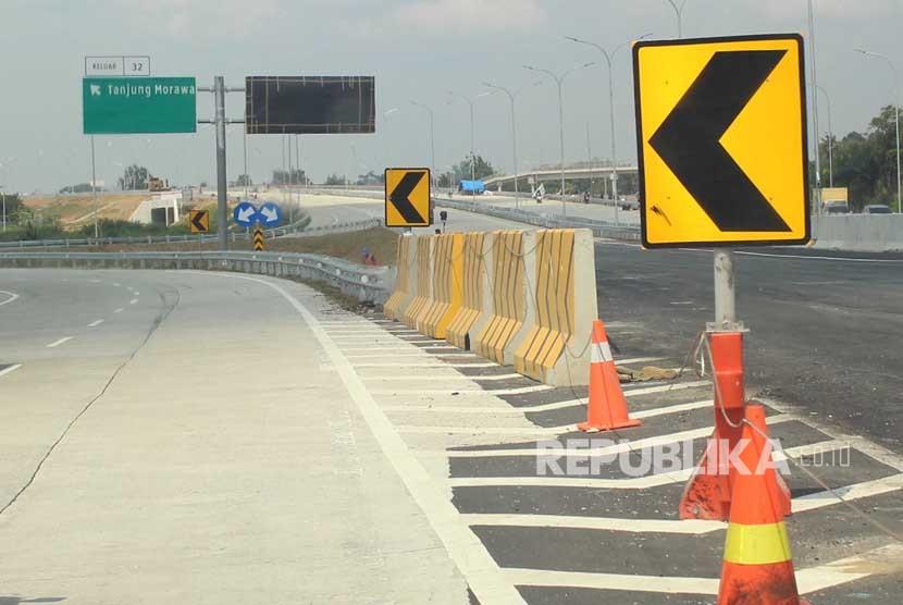 Pekerja menyelesaikan pembangunan infrastruktur jalan tol Medan - Bandara Kualanamu - Tebing Tinggi di Medan, Sumatera Utara, Kamis (3/5).