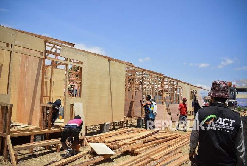 Pekerja menyelesaikan pembangunan Integrated Community Shelter atau hunian sementara untuk korban gempa bumi di Desa Gondang, Kecamatan Gangga, Tanjung, Lombok Utara, NTB, Selasa (4/9).