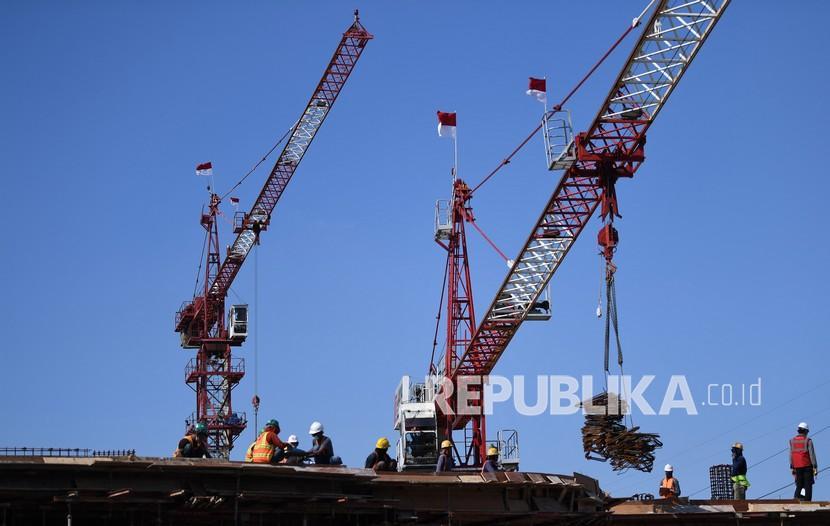 Pekerja menyelesaikan pembangunan Pasar Senen Jaya di Jakarta, Senin (16/8/2021).  Pemerintah mengaku optimistis pendapatan per kapita Indonesia pada 25 tahun mendatang bisa meningkat lima kali lipat.