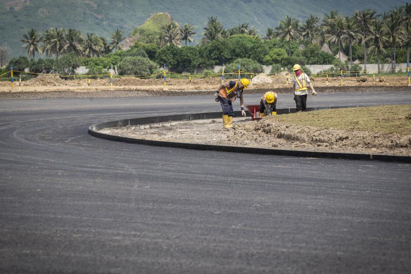 Pekerja menyelesaikan pembangunan proyek Mandalika International Street Circuit di Kawasan Ekonomi Khusus (KEK) Mandalika, Pujut, Praya, Lombok Tengah, Nusa Tenggara Barat, Kamis (4/3/2021). Berdasarkan data Mandalika Grand Prix Association (MGPA), ITDC dan PT PP per Februrari 2021 progres pembangunan lintasan sirkuit MotoGP itu secara kumulatif mencapai 53,27 persen dan ditargetkan selesai pada pertengahan 2021.