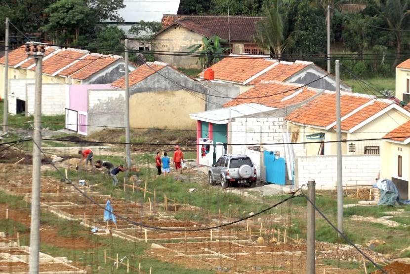 Pekerja menyelesaikan pembangunan proyek rumah bersubsidi di kawasan Citeureup, Kabupaten Bogor, Jawa Barat, Kamis (2/8).