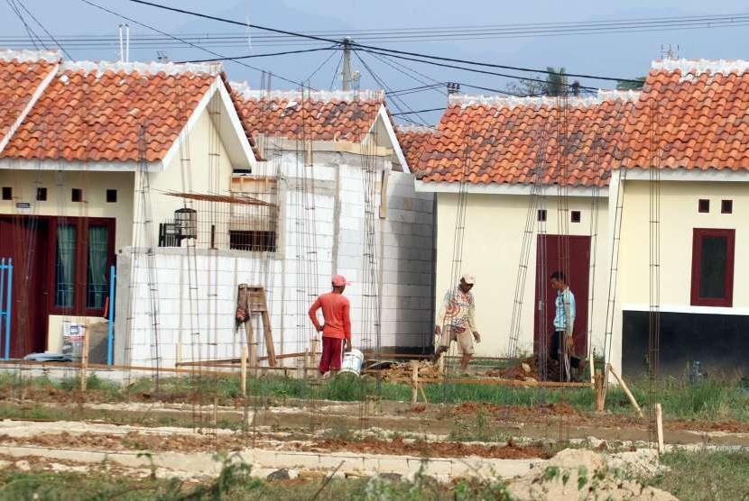 Pekerja menyelesaikan pembangunan proyek rumah bersubsidi di kawasan Citeureup, Kabupaten Bogor, Jawa Barat. ilustrasi