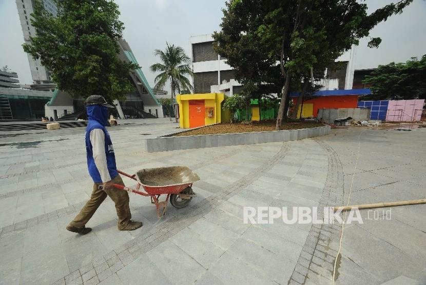 Pekerja menyelesaikan pembangunan revitalisasi Taman Ismail Marzuki, Jakarta, Kamis (19/10).