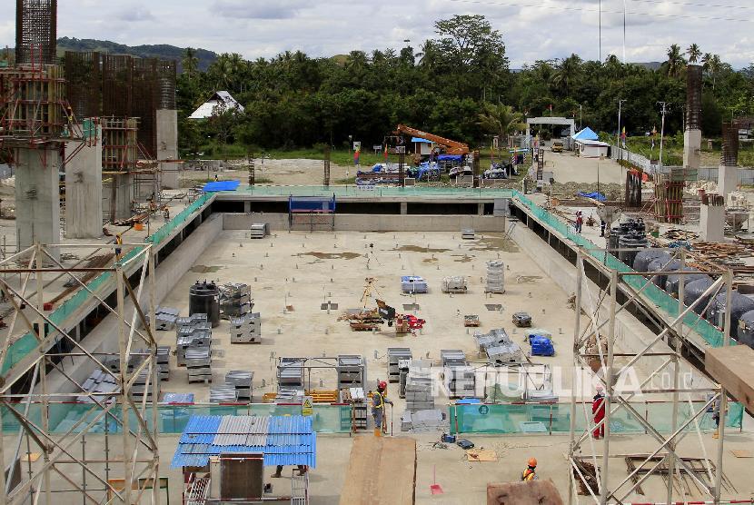 Pekerja menyelesaikan pembangunan venue aquatic PON 2020 di Kampung Harapan Sentani, Jayapura, Papua, Senin (14/10). PT Waskita Karya (Persero) Tbk saat ini tengah mengerjakan pembangunan Arena Aquatic Papua untuk persiapan Pekan Olahraga Nasional (PON) 2020.(ANTARA FOTO/Gusti Tanati)