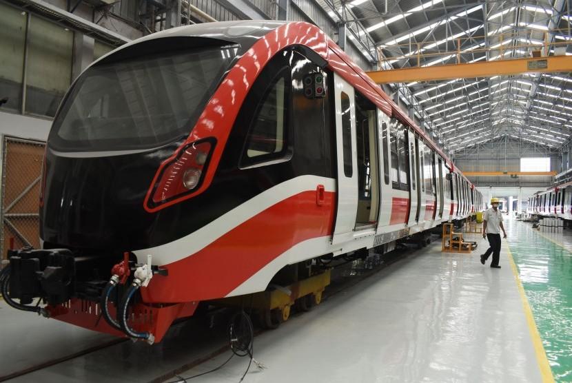 Pekerja menyelesaikan pembuatan kereta Light Rail Transit (LRT) di PT Industri Kereta Api (Inka) Madiun, Jawa Timur, Rabu (10/4/2019).