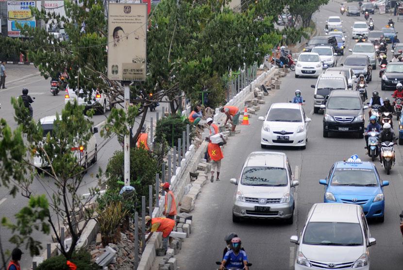 Pekerja menyelesaikan pembuatan pelebaran taman separator di Jalan Margonda Raya, Depok, Jawa Barat, belum lama ini.