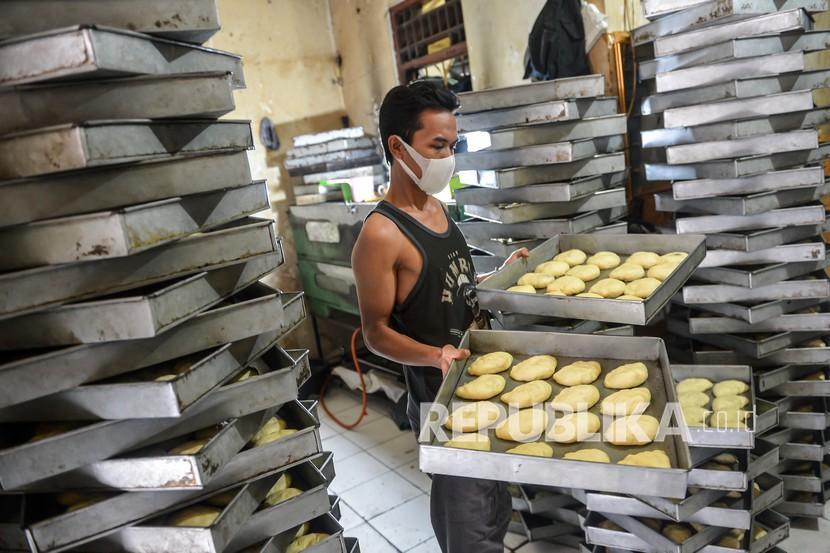 Pekerja menyelesaikan pembuatan roti hangat di salah satu industri rumahan di kawasan Petamburan, Jakarta, Rabu (7/7/2021). Otoritas Jasa Keuangan (OJK) mencatat realisasi Kredit Usaha Rakyat (KUR) hingga 5 Juli 2021 telah mencapai Rp128,46 triliun atau sebanyak 50,77 persen dari total target Rp253 triliun sesuai dengan relaksasi kebijakan OJK untuk mengantisipasi tekanan terhadap usaha mikro kecil menengah (UMKM).