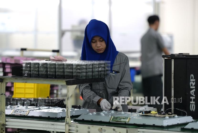 Pekerja menyelesaikan perakitan TV LED Sharp di pabrik TV LED Sharp terbaru, Karawang, Jawa Barat, Rabu (18/5).  (Republika/Wihdan)
