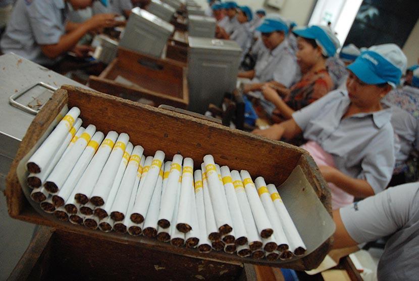Pekerja menyelesaikan proses pembuatan rokok kretek.