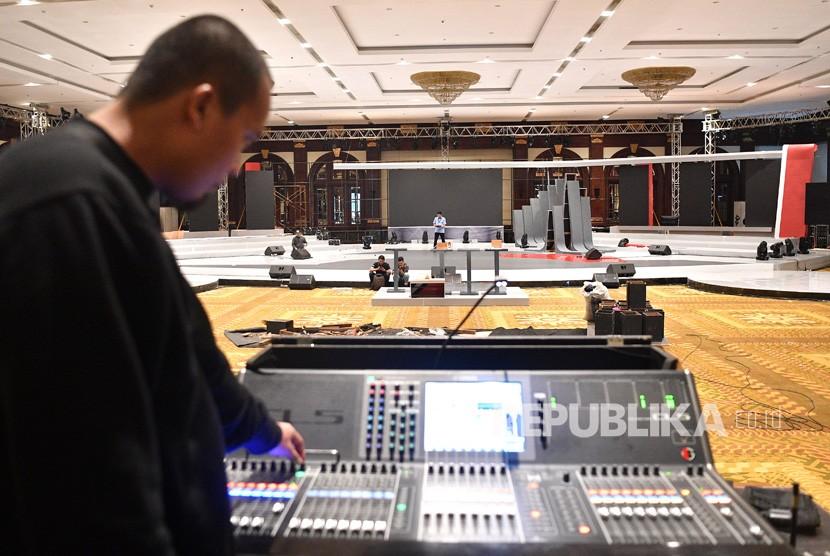 Pekerja menyiapkan panggung untuk debat pertama capres-cawapres Pilpres 2019 di Hotel Bidakara, Jakarta Selatan, Rabu (16/1/2019).