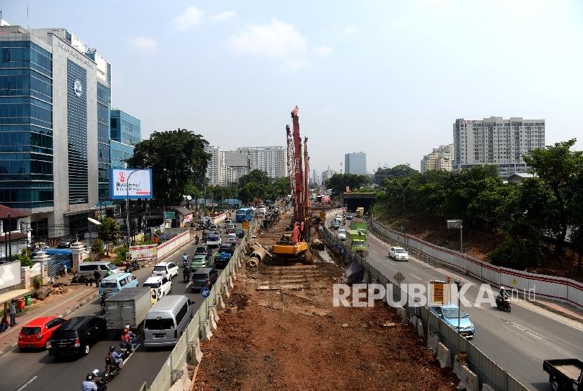 Pekerja menyiapkan pengerjaan proyek LRT Cawang-Dukuh Atass di Cawang, Jakarta, Senin (22/5).