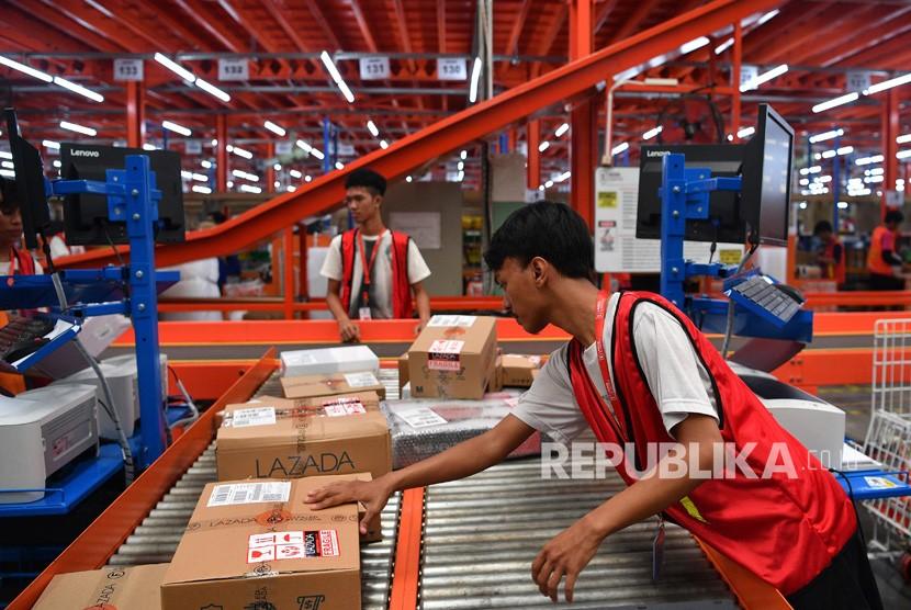 Pekerja menyortir barang pesanan konsumen saat Hari Belanja Online Nasional (Harbolnas) 2018 di Warehouse Lazada Indonesia, Depok, Jawa Barat.