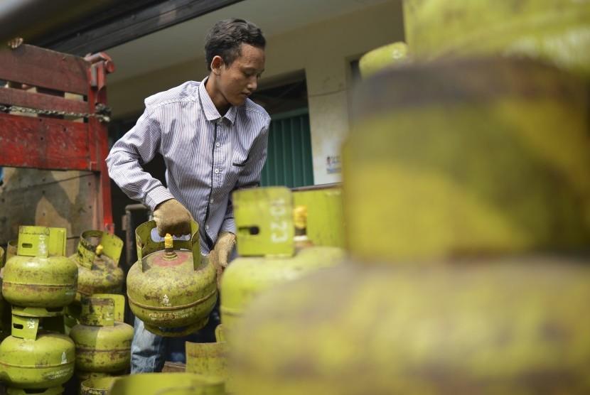 Pekerja menyusun tabung gas elpiji tiga kilogram yang akan disalurkan ke pangkalan-pangkalan penjualan disalah satu agen LPG di Jakarta, Senin (24/6/2019)