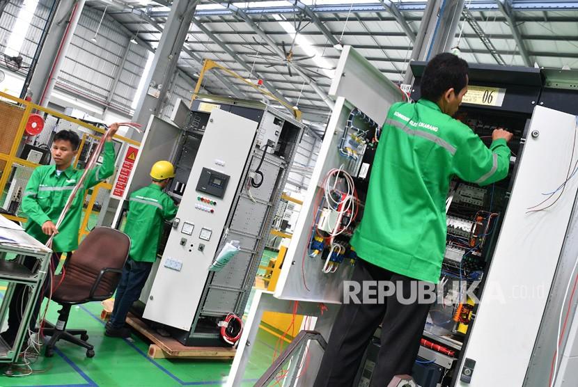 Pekerja merakit panel listrik yang diproduksi di pabrik pintar Schneider Electric Indonesia, Cikarang, Jawa Barat, Selasa (25/6/2019).