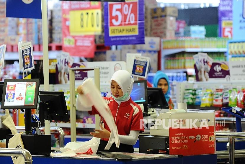 Pekerja merapihkan kantong plastik di salah satu pusat perbelanjaan di Jakarta, Senin (3\10).