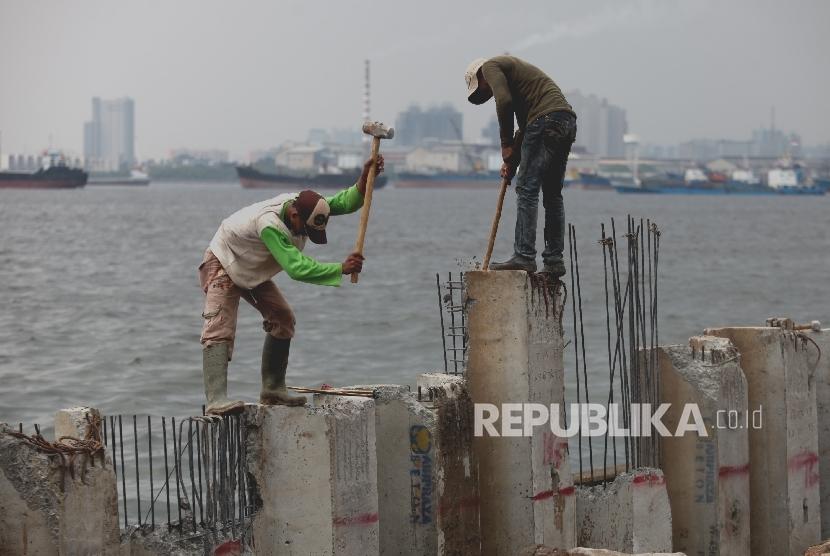Pekerja merapikan Sheet pile pembangunan Dam (dinding penahan ombak) di Kawasan Pasar Ikan Muara Baru, Jakarta Utara, Kamis (11/8). (Republika/Rakhmawaty La'lang)