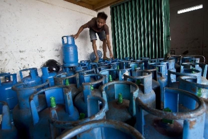 Pekerja merapikan susunan gas elpiji 12 kilogram di Jakarta, Sabtu (3/1).