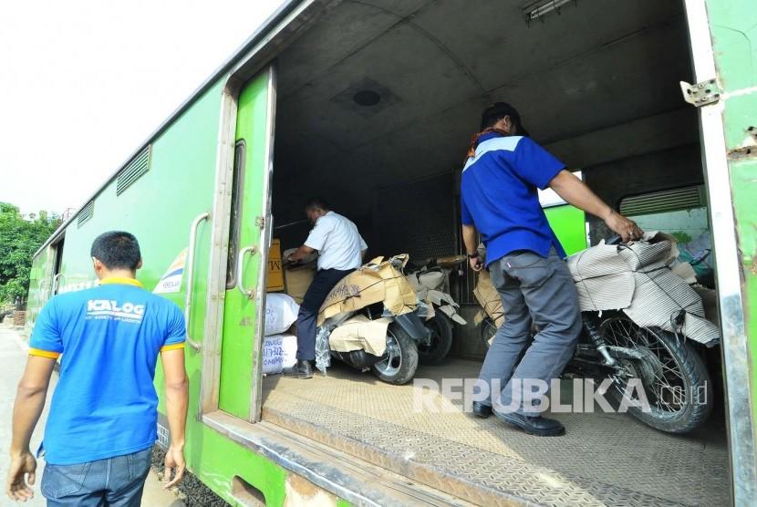 Pekerja pengiriman barang melakukan pengiriman paket motor melalui kereta api, di Stasiun Selatan, Kota Bandung, Senin(27/6). (Foto: Mamu Muhyidin)