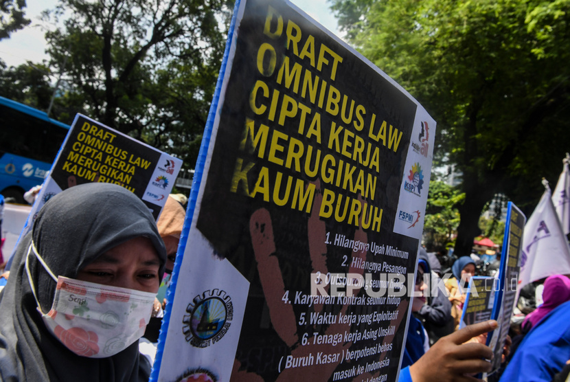 Pekerja perempuan yang tergabung dalam Federasi Serikat Pekerja Metal Indonesia (FSPMI)-Konfederasi Serikat Pekerja Indonesia (KSPI) melakukan aksi di depan kantor Kementerian PPPA, Jakarta, Jumat (6/3/2020).