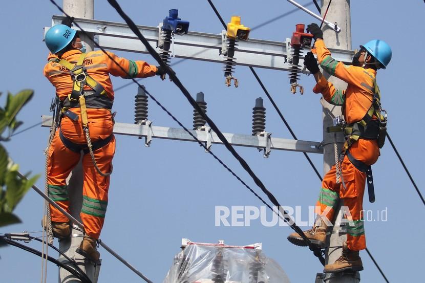 Pekerja Perusahaan Listrik Negara (PLN) melakukan perawatan pada jaringan listrik (ilustrasi). PT PLN (Persero) menuntaskan pembangunan infrastruktur Saluran Udara Tegangan Tinggi (SUTT) atau Tol Listrik Flores.