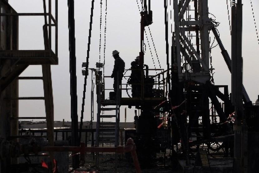 Pekerja sedang berada di kilang minyak