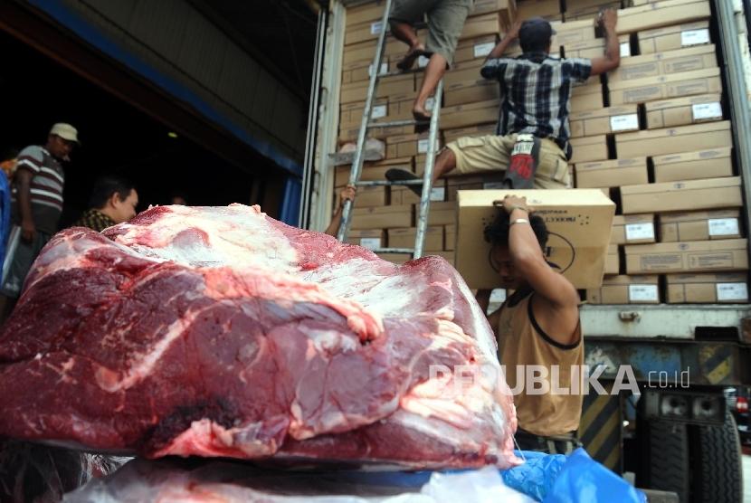 Pekerja sedang melakukan bongkar muatan daging sapi impor di gudang Bulog, Jakarta, beberapa waktu lalu. (Republika/Tahta Aidilla)