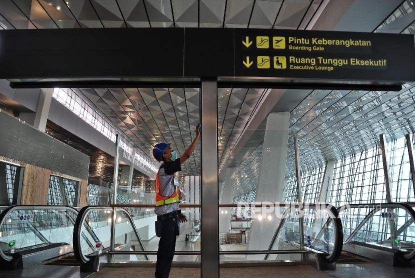 Pekerja sedang membersihkan ruangan Boarding di Terminal Tiga  Bandara Soetta, Tangerang, Banten, Kamis (16/6)