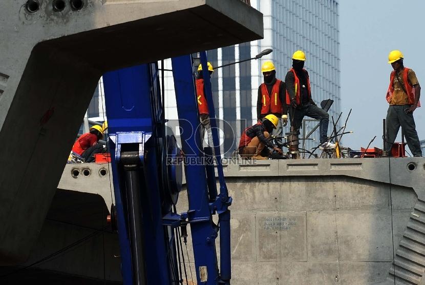 Pekerja sedang menyelesaikan proyek infrastruktur dikawasan Kuningan,Jakarta, Selasa (7/7).