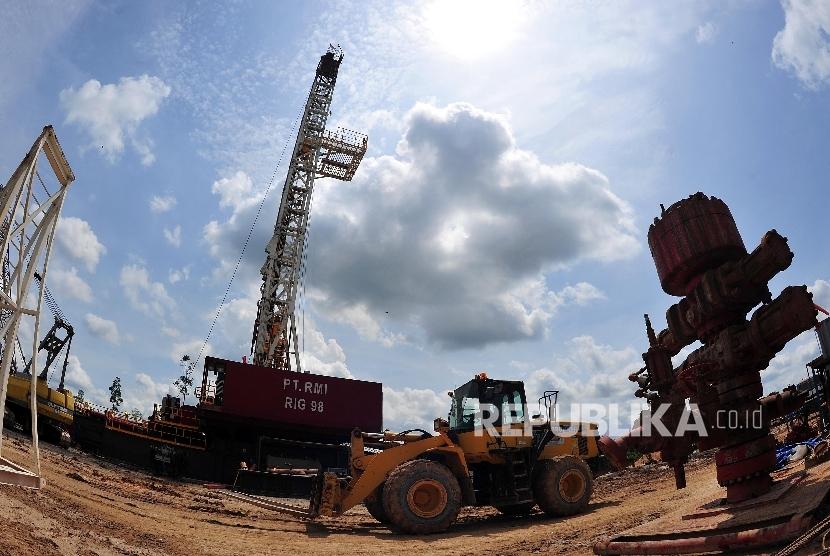 Pekerja tambang beraktivitas di area pengeboran minyak dan gas.