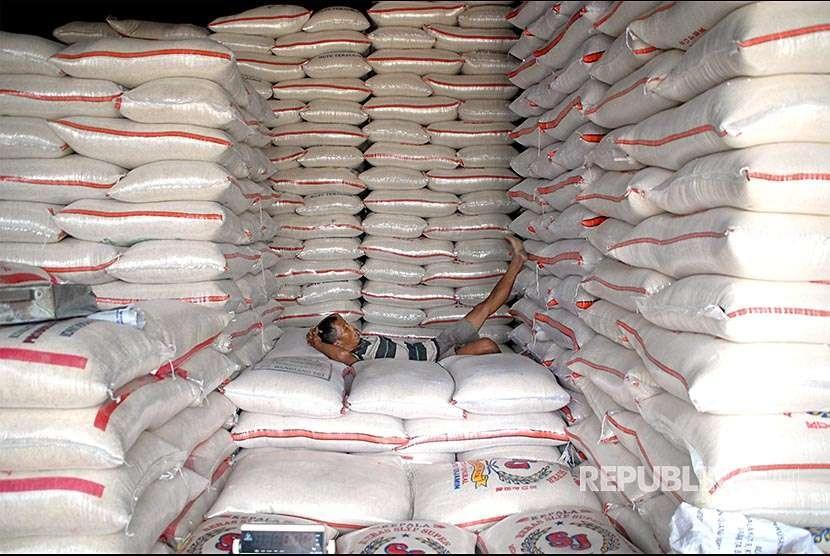 Pekerja tertidur diantara tumpukan karung beras di gudang beras Pasar Induk Beras Cipinang, Jakarta, Kamis (30/8). Kementerian Perdagangan hingga Agustus 2018 sudah menerbitkan izin impor beras 2 juta ton kepada Perum Bulog hingga September 2018, dari total izin impor tersebut kini hampir seluruhnya terealisasi.