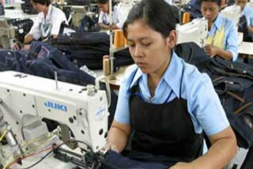 Pekerja wanita di industri tekstil dan garment.