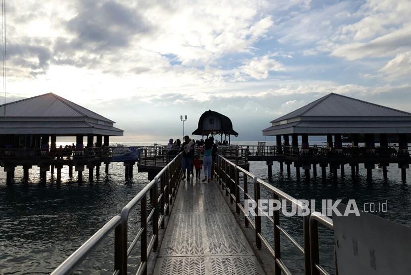 Pelabuhan Senggigi di Kabupaten Lombok Barat, NTB menjadi salah satu destinasi yang ramai dikunjungi wisatawan saat liburan pada Senin (25/12).