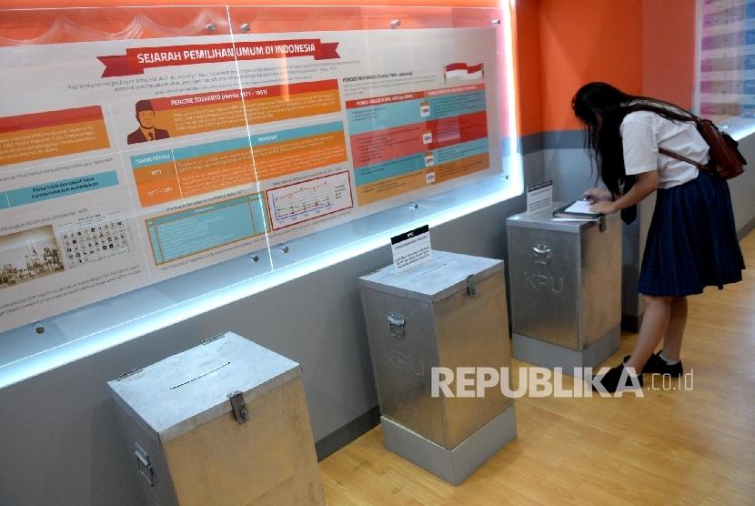 Pelajar dari SMU Permai melihat jenis kotak suara Pemilu di KPU Pusat, Jakarta, Selasa (18/10).