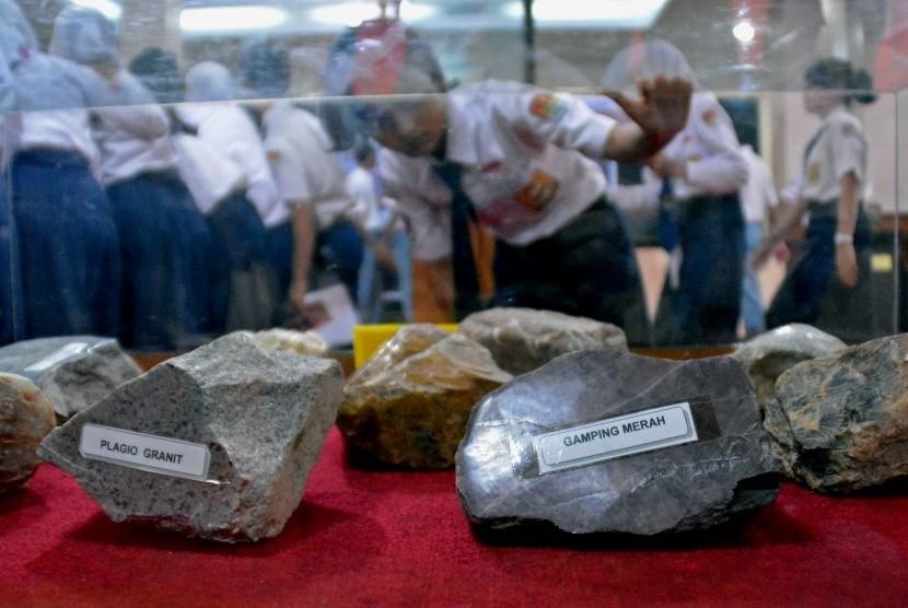Pelajar mengamati berbagai jenis batu yang dipajang pada Pameran Batu Merentang Jaman, di Museum Ranggawarsita Semarang, Jateng, Rabu (20/5).
